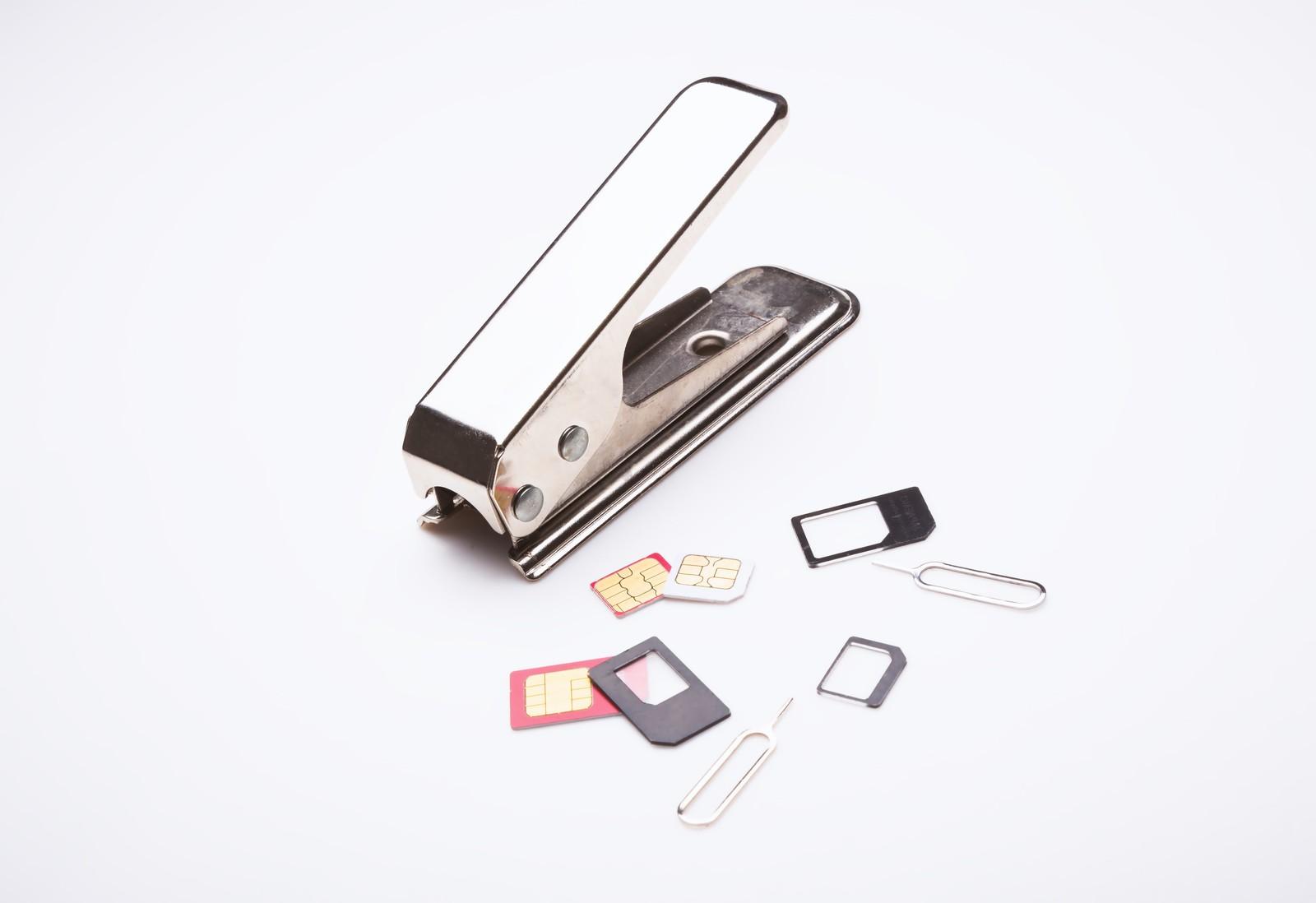 SIMカードとSIMカードを切る器具