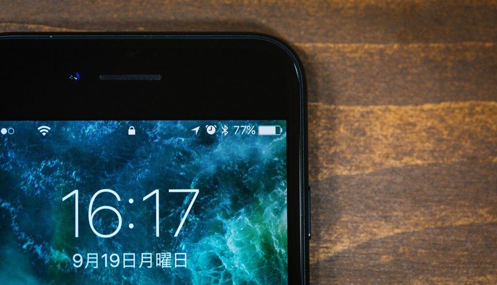 s-iphoneの充電残量や時計を表示している