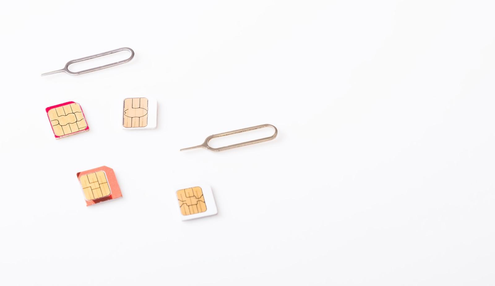 SIMカードとインジェクトピン